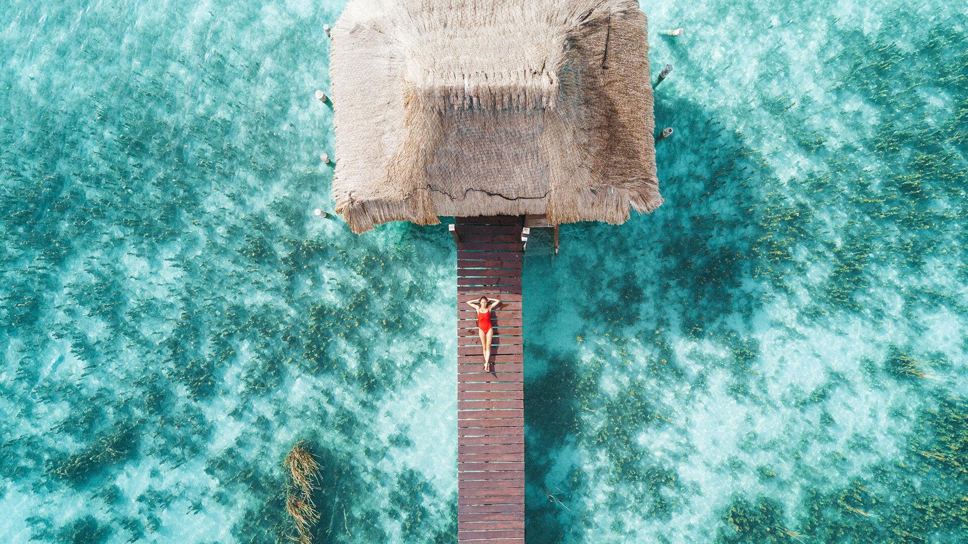 femme sur une cabane sur l'eau